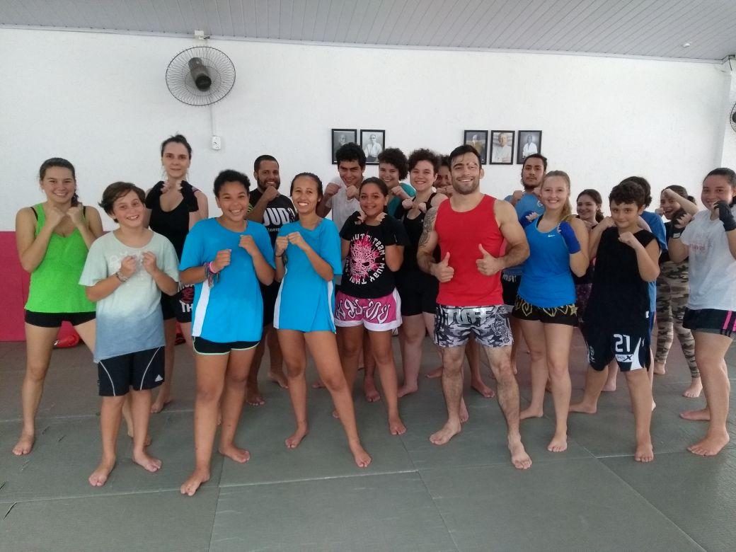 Aula de Muay Thai . Turma da tarde . Venha fazer uma aula !